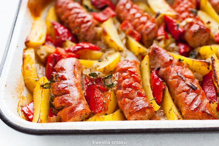 Pieczona kiełbasa z ziemniakami, cebulą i papryką