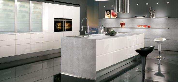 Design Inselküche Pura weiß glänzend mit Gris Molino - Marquardt Küchen