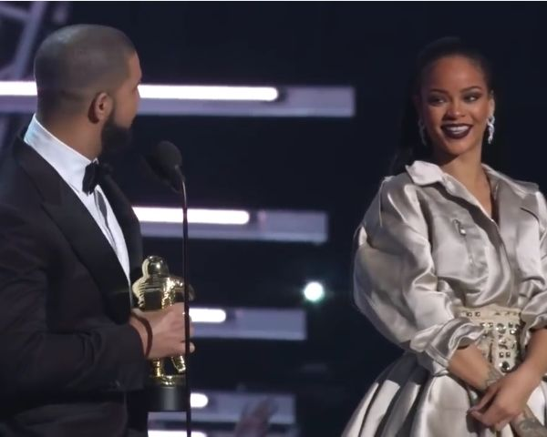 Rihanna Drake Dating: Couple Inseparable Since MTV VMA - http://www.morningledger.com/rihanna-drake-dating-inseparable/1398268/