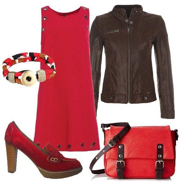 Semplice ogni elemento, ma nell'insieme molto completo e funzionale. Per l'ufficio o per una serata casual un mix di rosso e marrone: vestito corto senza maniche, mocassino alto, giacca di pelle e borsa stile postino,