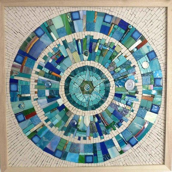 Título: Paisaje de la tierra II Artista: Siobhan Allen Tamaño: 48 cm x 48 cm Marco: Sí y viene con ganchos conectados. Un mosaico hecho a mano mide 48 cm x 48 cm enmarcado en un marco de madera de Fresno. Los materiales utilizados en el mosaico son vitrales, piezas de cerámica esmaltadas, azulejos cerámicos no esmaltados, cuentas, baldosas de vidrio, shell, smalti y turquesa. Esta pieza es sin lechada. Para los compradores internacionales por favor entrarme en contacto con para los ga...
