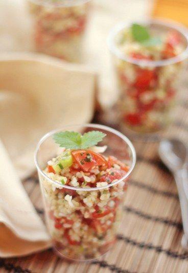 Tabuleh vegetariano ricetta - Ricette buffet freddo - Ingredienti (per 8 bicchierini) 100 gr di bulgur 150 gr di acqua 1 cipollotto (anche la parte verde) succo di 1 limone grande o più abbondante prezzemolo abbondante menta...