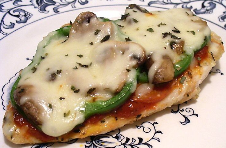 Pizza Chicken. For each boneless chicken breast you will need: salt, pepper, garlic powder, italian seasoning, 1 tblspn pizza sauce, 4 slices pepperoni, 1 tsp butter or oil, 2 fresh mushrooms sliced, 2 thin green pepper rings, 1 oz shredded mozzarella cheese. The best part? Only 310 calories per chicken breast!