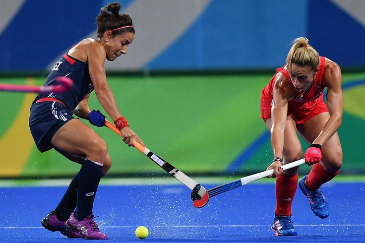 USA's Melissa Gonzalez (L) and Great Britain's Susannah Townsend vie during the women's field hockey Britain vs the USA match of the Rio 2016 Olympics Games(1842×1227)