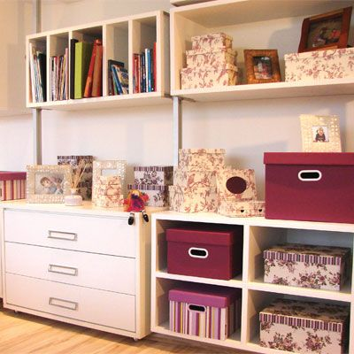 Combinação romântica de toile de jouy, estampa floral e listras, tudo em tons de vinho. Foram usadas caixas Facilit e Stok.