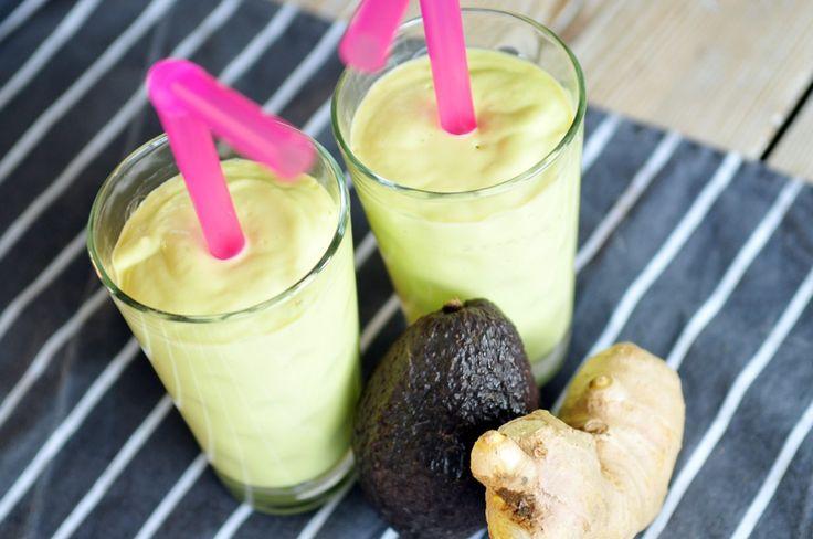 Deze mango smoothie is super gezond! Wij drinken deze smoothie als ontbijt, want hij vult goed door de avocado. De gember geeft deze smoothie wat pittigheid