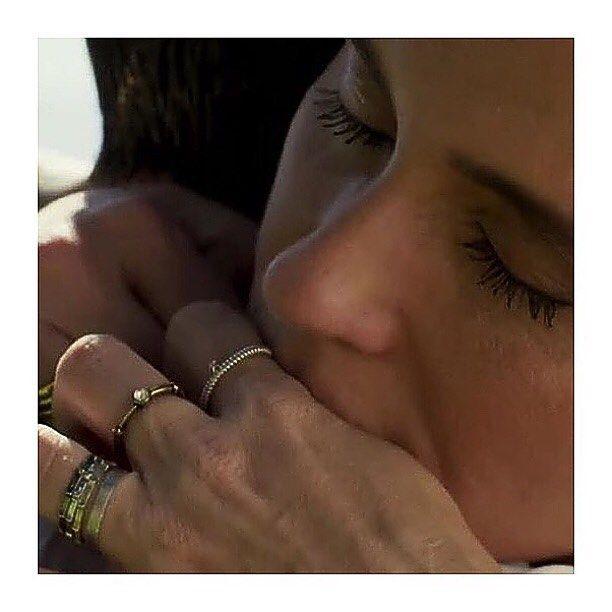 Amamos ver a @gioanto usando nossas aliançinhas Trio no dedo anelar além de outras joias da @joyaipanema na #novelasolnascente! Aliás #trendalert : olha aí ela usando várias alianças na mesma mão! Fiquem de olho!   #inlove #solnascente #gioantonelli #giovannaantonelli #euquero #alianças #aliancinhas #trio #amor #novela #joiasrenatarose #joias #renatarose #renatarosedesignerdejoias #joiasparaamar #designdejoias #joalheriacontemporanea