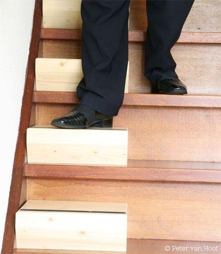 Slimme oplossing voor mensen met pijn of weinig kracht in hun benen. Wanneer traplopen een probleem wordt, heb je traditioneel keuze uit 3 'prijzige en ingrijpende' oplossingen: traplift, verbouwen of verhuizen. Nu is er een slimme 4de mogelijkheid bijgekomen: de Easysteppers! bekijkde video's op  www.enocent.nl