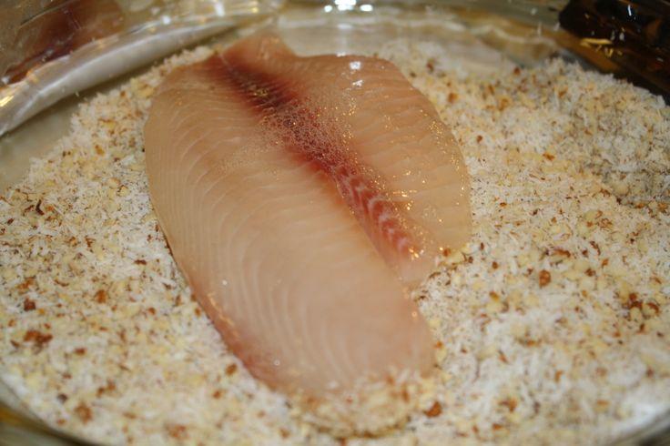 Filetes de Tilapia rebozados con una mezcla de coco rallado y almendras molidas.