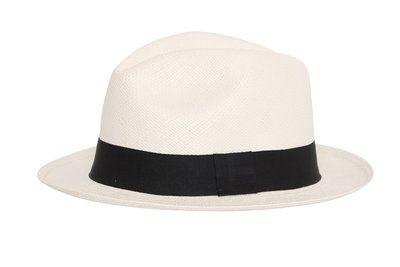 Tijdloze, elegante Panamahoed. Deze witte Fedora hoed met de zwarte band is wat de meesten voor ogen hebben wanneer ze aan een panamahoed denken. Een regelrechte klassieker waarmee u gezien kan wor...