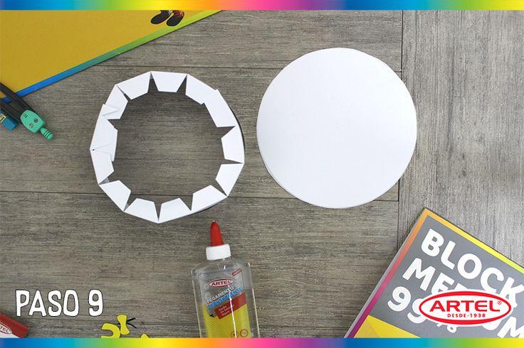 Enrolla tu tira formando un círculo que calce con el que previamente creaste y recortaste.