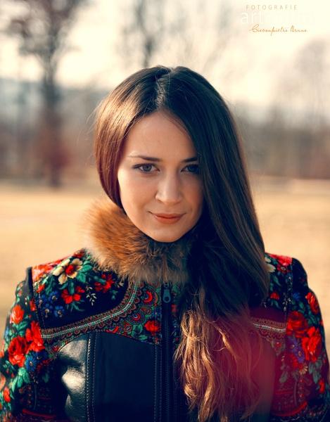 """Dieser Traum in rot trägt den Namen """"Russisches Märchen"""". Die klare Linienführung ist den russischen Kauffmannsfrauenkleidungen (Bojarynja)des 18.Jahr"""