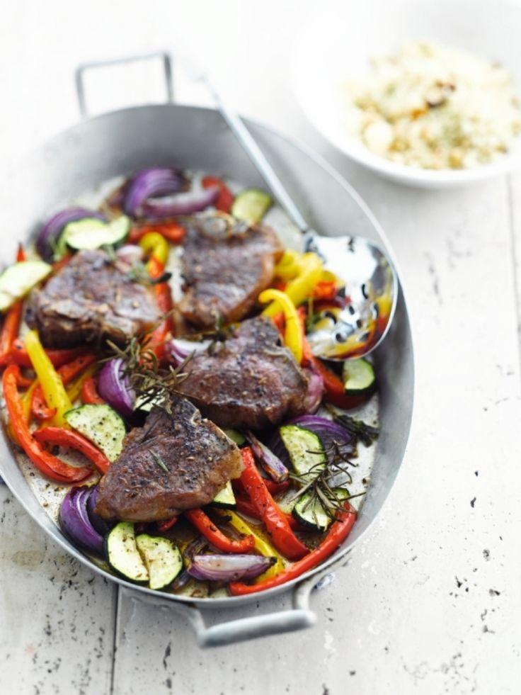 Bereiden: Verwarm de oven voor op 250 graden. Dep de lamskotelet droog en bestrooi ze met Provençaalse kruiden, peper en zout. Was de paprika en de courgette. Snij ze in stukken. Pel de rode uien en snij ze in vier.
