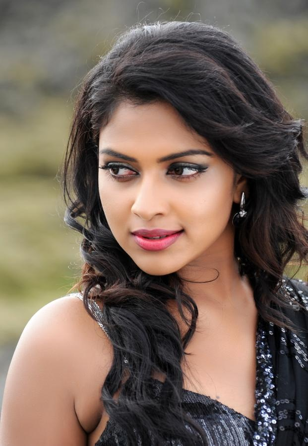 http://aplivenews.com/entertainment/amala-paul-hot-pics-in-nayak/