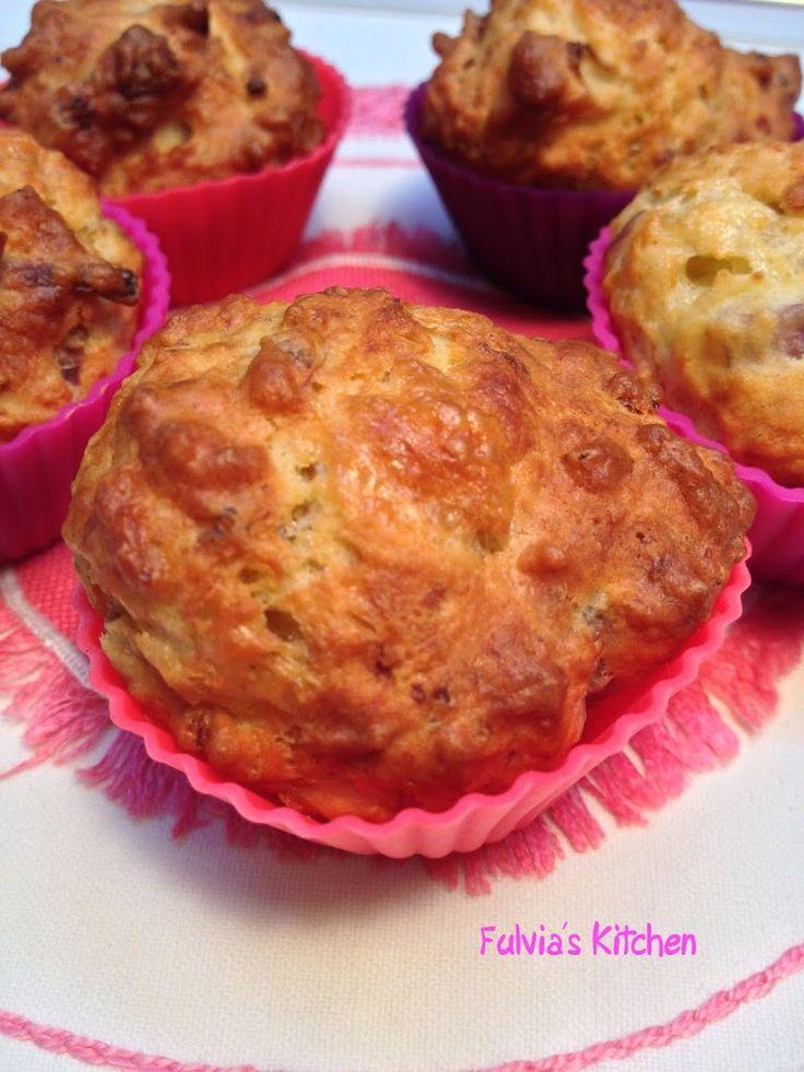 Mini muffin salati con salsiccia, provolone dolce e cipolla rossa di Tropea