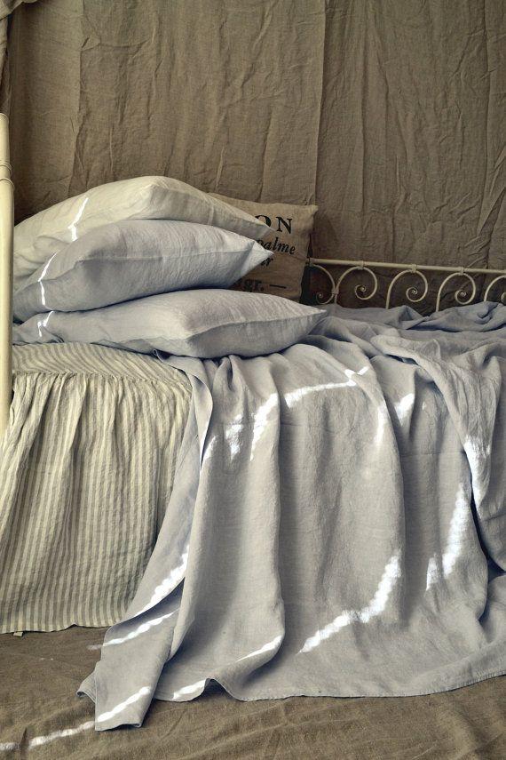 Set lenzuolo di lino grigio argento chiaro. Lenzuola di lino stone washed lussuoso, in re e regina dimensioni. Lamiera piana, lenzuolo e un paio di casi di cuscini standard o King size.  Più leggero grigio freddo, quasi luccicante lenzuola di lino di colore argento è realizzati 100% naturale extra largo lussuose lenzuola europeo genuino. Dovrebbe corrispondere perfettamente tutti i colori nella vostra camera da letto. Imbiancate a calce e ammorbidita a perfezione.  Autentico europeo 100%…