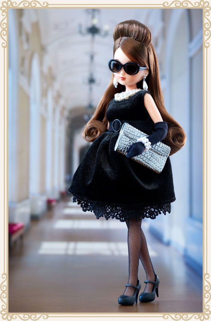 Black chocolate dress style - LiccA|リカちゃん|タカラトミー      セット内容 人形(ブラックショコラドレス、イヤリング、アクセサリー、下着着用)、ジャケット、アンダーウェア、グローブ、サングラス、ブレスレット、ストラップハイヒールパンプス、クラッチバッグ、バッグ箱、バッグ紙袋、バッグ包装材、靴箱、靴紙袋、靴包装材、スタンド     価格 メーカー希望小売価格 12,000円(税抜)     商品仕様  商品サイズ:全長 約22cm     対 象 年 齢:15歳~     アイカラー:パープル     発売日 2016年2月発売(初回生産分)