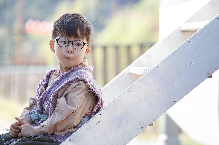 아빠 촬영장 방문했을 때 권오성 사진작가가 찍어 준 사진! 대한이는 가끔 나이보다 성숙(?)해 보일 때가 있다... 새부리입은 서비스~^^; #송대한 #songdaehan