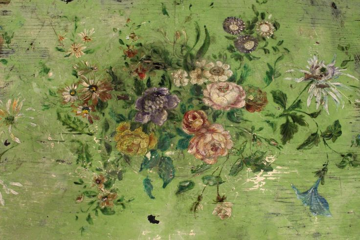 Grazioso tavolo francese della fine del XIX secolo.  Mobile in legno piacevolmente scolpito e dipinto con decori floreali di grande gusto e piacevolezza.