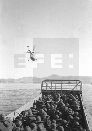 """ESPAÑA OPERACIONES MILITARES: MAZARRÓN (MURCIA), 24/04/1964.- Soldados de Infantería de Marina con un carro de combate M-47 desembarcan en la playa de Mazarrón durante las maniobras militares """"Alborex I"""", en las que intervienen corbetas, lanchas de desembarco y vehículos anfibios, al mando del general Bobadilla. EFE/Fiel"""