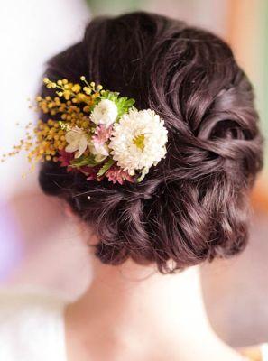 Свадебные прически с живыми или искусственными цветами - фото