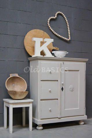 Broodkast 10068 - Authentieke houten broodkast met een licht grijze kleur. Er zitten drie grote lades in met achter de deur twee vaste legplanken.