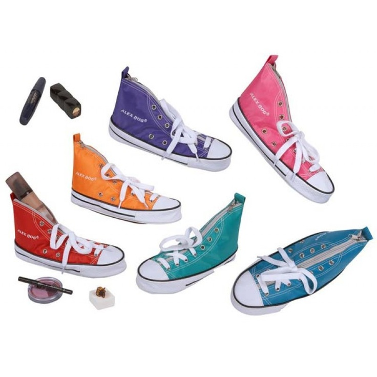 Preciosas zapatillas fabricadas en tela.  http://www.cosaspararegalar.es/regalos-para-ninos/zapatilla-portatodo.html