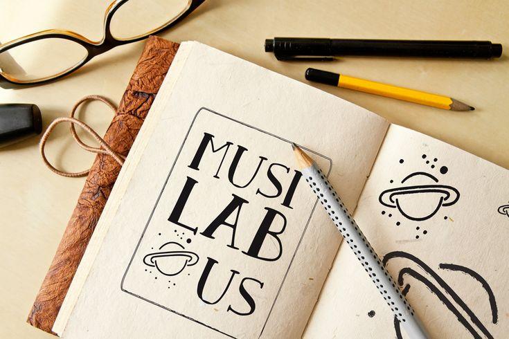 Boceto logo MusilabUs sobre cuaderno de LaMottora