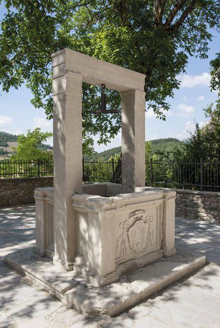 """Usigni, frazione del Comune di Poggiodomo, deriva il nome dalla deformazione di """"usina"""", vocabolo antico indicante un opificio.  Usigni posto a dominio della Valle del Tissino, perfettamente allineato con i centri di Poggiodomo, Roccatamburo e Rocchetta, lungo l`itinerario che provenendo dalla Sabina e da Monteleone di Spoleto, raggiungeva il nodo stradale di Cerreto di Spoleto."""