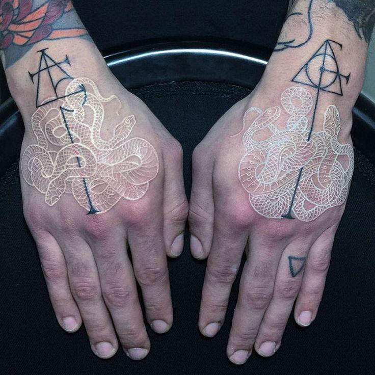 Tatuagens viperinas com tinta branca e preta, por Mirko Sata 07