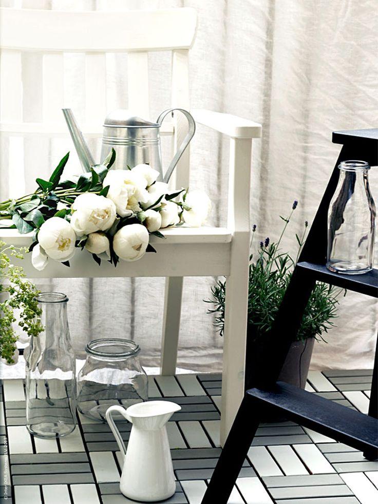 Ett ny trall på balkongen kan göra stor skillnad. Med golvplattor kan du snabbt och enkelt förnya och fräscha upp din terrass eller balkong.
