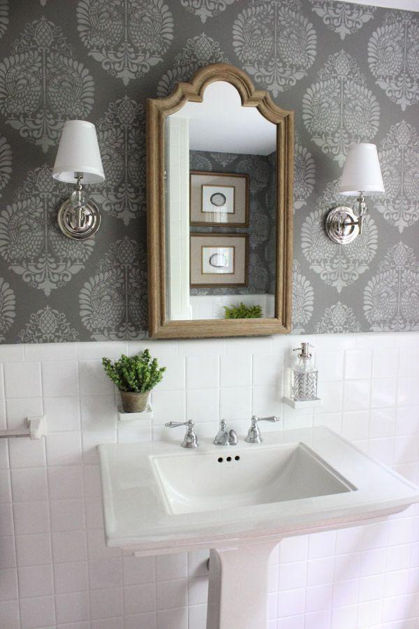 Cuarto de baño con paredes de cambio de imagen estarcidas - un gran cambio desde el antes las fotografías!