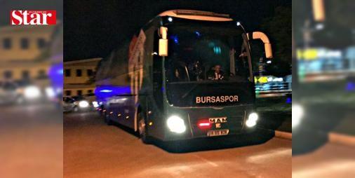 Takım otobüsüne taşlı saldırı!: Spor Toto Süper Lig'in 30. haftasında deplasmanda Çaykur Rizespor ile karşılaşan Bursaspor, ilk yarısını 4-0 geride tamamladığı karşılaşmadan 6-0'lık skorla mağlup ayrıldı. Ligde son 3 haftada çıktığı Akhisar Belediyespor, Galatasaray ve Çaykur Rizespor karşılaşmalarında k#alesinde toplam 16 gol gören yeşil-beyazlılar, tarihinde üst üste 3 maçta en çok gol yediği haftaları yaşadı. TAKIM OTOBÜSÜ TAŞLANDI Karşılaşmanın ardından Trabzon Havaalanı'ndan özel uçakla…