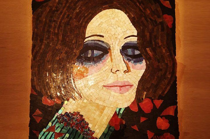 Mozaik kadınlar  Ayşe Serpil Başay, ünlü sanatçıların tablolarını cam mozaikle yeniden canlandıran bir sanatçı. Seçimleri genellikle kadın portrelerinden yana. Mozaik çalışması yapacağı resimleri seçerken...   #Proje #Sanat #Mozaik #Kadın #Cam #Tablo #Sanatçı #Portre #Resim #Ünlü