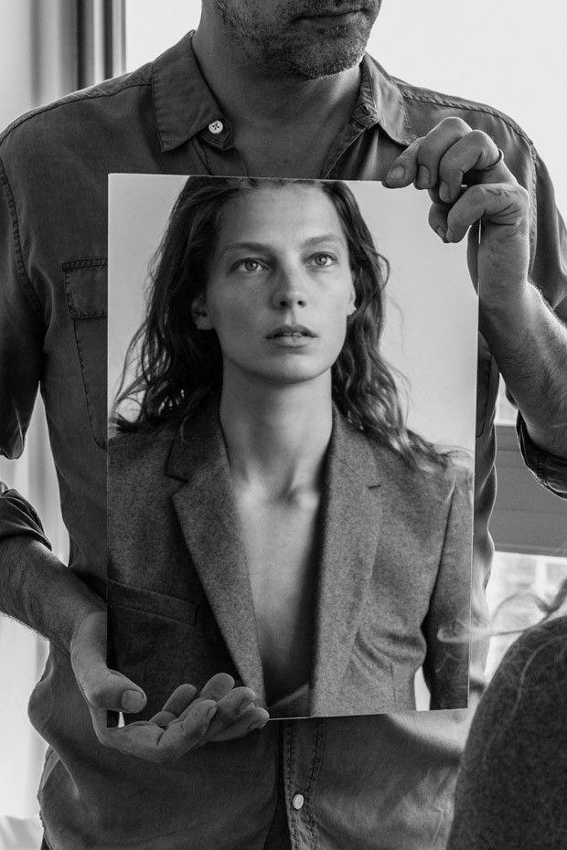В зеркале/зеркало в зеркале Обложка, где в круглом зеркале на мужской груди видно лицо женщины (или нарисовать)