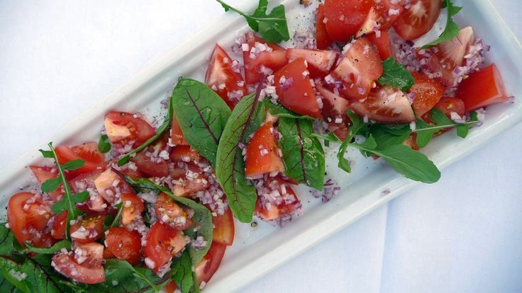 Salat med tomater - Enkel salat med tomater, rødløk, ruccola og rødbetskudd. - Foto: Fra tv-serien Mat i Norden / YLE