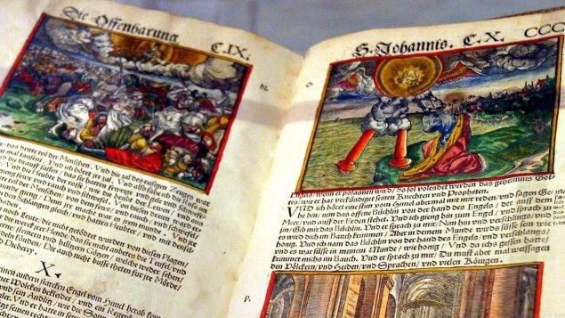 """Luther-Bibel """"Biblia Teutsch"""" von 1545 im Kloster zum Heiligen Kreuz in Rostock (picture alliance / dpa  / Bernd Wüstneck)"""