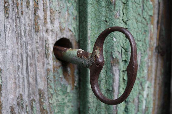 Mi sono chiesto chi avesse mai aperto questa #porta. Chi chiamasse questo luogo #casa  #Agnone #centrostorico #old #oldcity  https://giovannigiaccio.wordpress.com/2016/02/23/camminando-osservando-e-sognando/