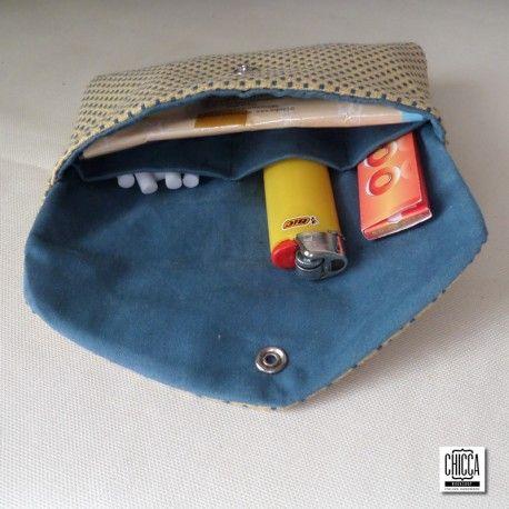 Custodia per tabacco con gli scomparti per l'accendino, le cartine e i filtri. Chiusura con bottone a pressione Fatto a mano