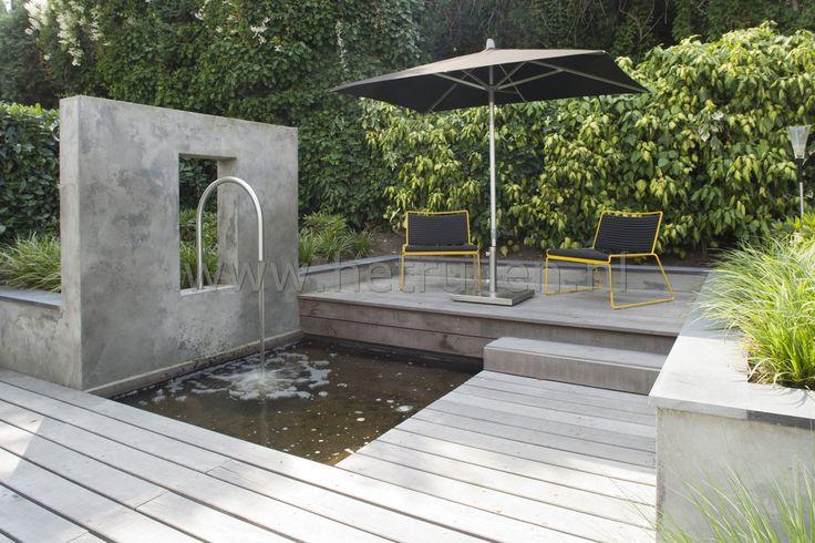 Tuinontwerp tuinaanleg Eindhoven Helmond waterspel gestucte muur met rvs boog vijver en terras