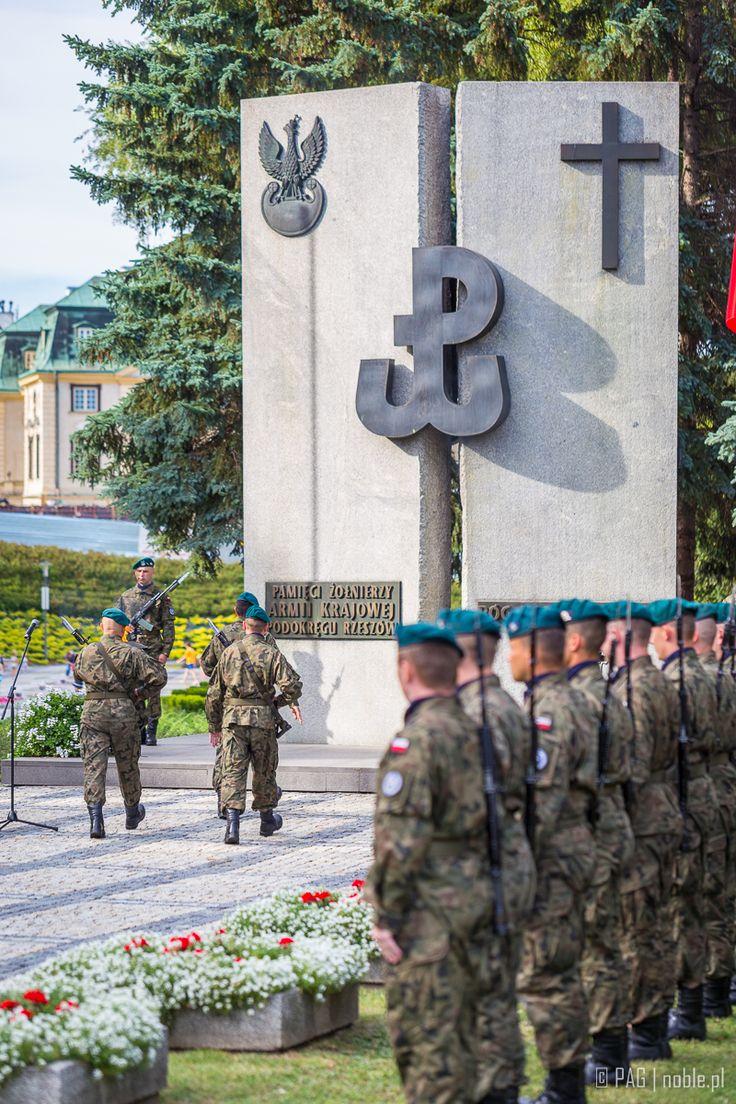 Złożenie wieńców pod pomnikiem pamięci żołnierzy AK w Rzeszowie