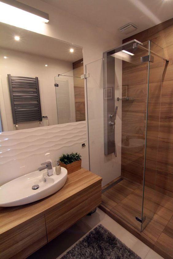 Eine Dusche komplett in #Holzoptik  das ist nur möglich mit wasserbeständigen #Fliesen. Den #Charme des Holzes kann man elegant mit 3D-Relief Fliese…