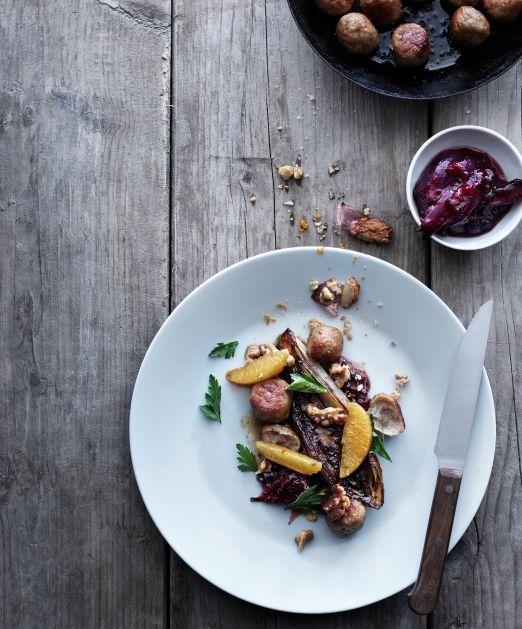 Polpette con indivia, mirtilli rossi e arancia: 40 polpette KÖTTBULLAR 2 cipolle rosse, 50 + 50 g di burro, 1 barattolo di confettura di mirtilli rossi SYLT LINGON, 600 g indivia (2 cespi grandi o 4 piccoli), 40 g noci, sale e pepe, 2 arance. Scopri come preparare la #ricetta sul nostro sito. #ricettesvedesi