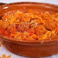 pasta med köttbullar i tomatsås