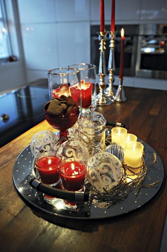 På det runde sølvfatet på kjøkkenøya har man samlet glass, hvitt og rødt. Idé: Kirsten Rise, Tønsberg. Foto: Marit Borgen/Tb.no