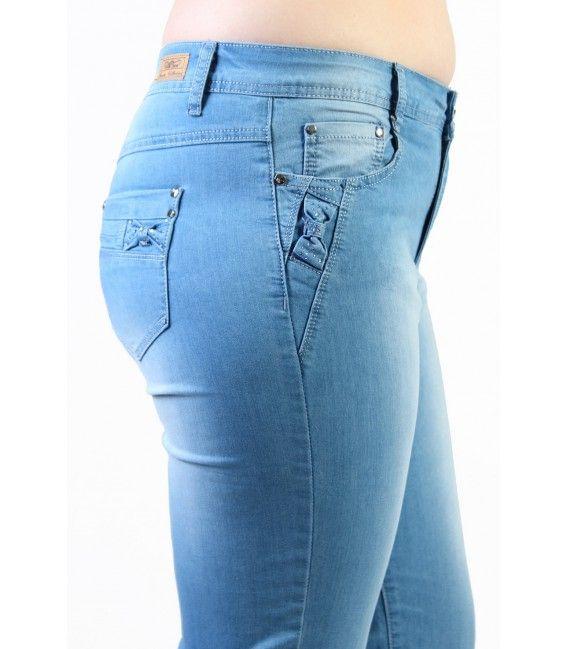 Les couleurs claires sont de nouveau à la mode. Je vous propose donc un pantacourt en jean bleu clair. Ce modèle est disponible en grande taille de la taille 42 à la taille 50, pour un prix unique de 19,99€.  #Fashionista #HollyMode #RondeEtSexy #pantacourt #grande #taille #femme #bleu #jean #jeans