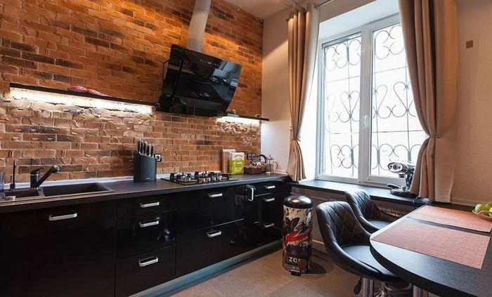 Большое пространство, оформленное в лофт-стиле, не подразумевает деления на отдельные комнаты. Скорее это зоны с различным назначением, обозначенные только лишь за счёт расстановки мебели.
