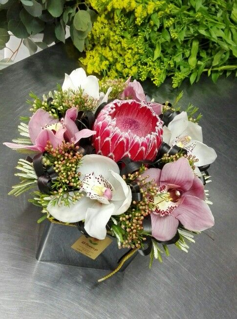 For today we choose this image (no time for more!!) Floral arrangement with protea and orchides... we love it!!!