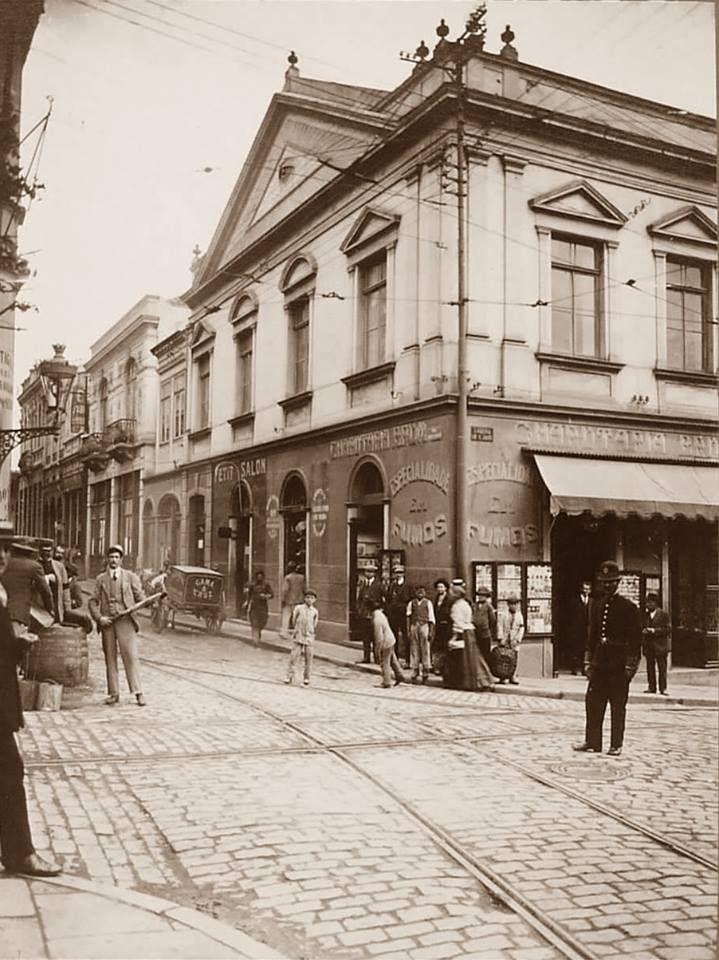 1910 - Rua Líbero Badaró esquina com a Ladeira de São João. O prédio com a charutaria é o da Loja Maçônica Piratininga.