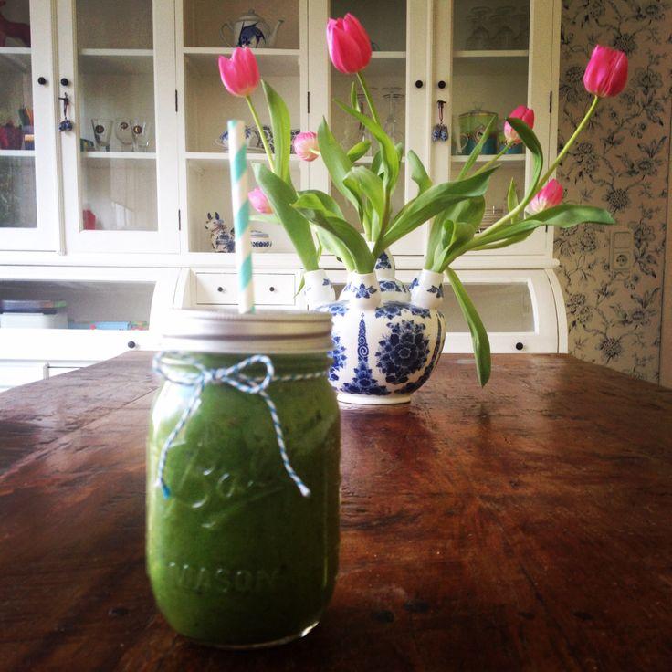 Groene smoothie met spinazie, avocado, banaan, kiwi, kokosmeel, Coconut Dream rijstemelk en chiazaad.